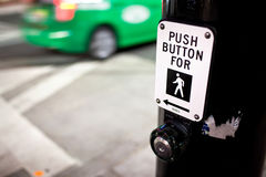 Crosswalk guzik i zieleni taxi Obraz Royalty Free