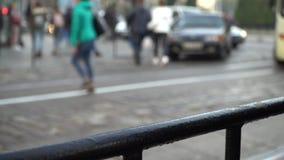 crosswalk La gente cruza la calle en un paso de peatones en una ciudad grande Coches parados en un semáforo metrajes