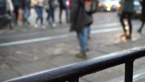 crosswalk La gente cruza la calle en un paso de peatones en una ciudad grande Coches parados en un semáforo almacen de metraje de vídeo