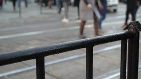 crosswalk La gente cruza la calle en un paso de peatones en una ciudad grande Coches parados en un semáforo Cámara lenta almacen de metraje de vídeo