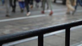 crosswalk La gente cruza la calle en un paso de peatones en una ciudad grande Coches parados en un semáforo Cámara lenta almacen de video