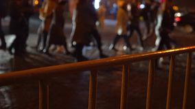 crosswalk La gente cruza la calle en un paso de peatones en una ciudad grande Coches parados en un semáforo Ciudad de la tarde almacen de video