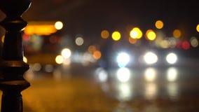 crosswalk La gente cruza la calle en un paso de peatones en una ciudad grande Coches parados en un semáforo Ciudad de la tarde almacen de metraje de vídeo