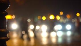 crosswalk La gente cruza la calle en un paso de peatones en una ciudad grande Coches parados en un semáforo Ciudad de la tarde metrajes