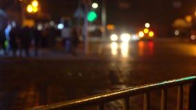 crosswalk Les gens traversent la rue à un passage pour piétons dans une grande ville Voitures arrêtées à un feu de signalisation  banque de vidéos