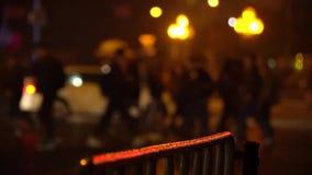 crosswalk Les gens traversent la rue à un passage pour piétons dans une grande ville Voitures arrêtées à un feu de signalisation  clips vidéos
