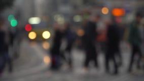 crosswalk Leute kreuzen die Straße an einem Fußgängerübergang in einer Großstadt Autos gestoppt an einer Ampel High-rise Gebäude stock video