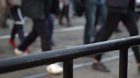 crosswalk Leute kreuzen die Straße an einem Fußgängerübergang in einer Großstadt Autos gestoppt an einer Ampel Langsame Bewegung stock video footage