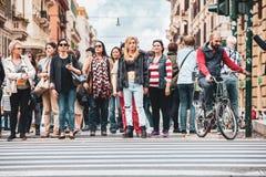 crosswalk Menigte van mensen die op het groene licht wachten om de straat te kruisen stock afbeelding