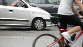 Crosswalk mit einigen Leuten, welche die Straße im Vordergrund und etwas Hintergrund auf einer nassen Straße kreuzen stock video