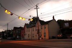 Crosswalk mit Häusern Stockbilder