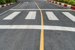 Crosswalk na asfaltowej drodze Zdjęcia Stock