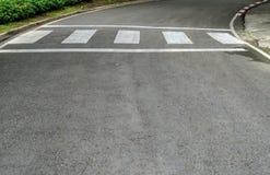 Crosswalk na asfaltowej drodze Obraz Stock