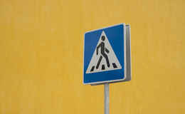 Crosswalk road sign Royalty Free Stock Photos