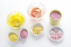 A crosta de gelo amarela e cor-de-rosa e colorido polvilha Imagens de Stock
