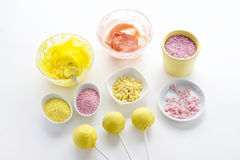 A crosta de gelo amarela e cor-de-rosa e colorido polvilha Imagem de Stock