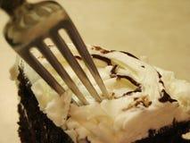 Crosta de gelo e forquilha brancas do bolo de chocolate de Pict 5009 Imagem de Stock