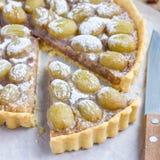 Crostata casalinga dell'uva della pasta di biscotto al burro con la pralina della noce, primo piano, quadrato fotografie stock