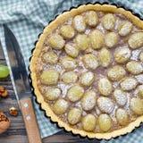 Crostata casalinga dell'uva della pasta di biscotto al burro con la pralina della noce, vista superiore, quadrato immagini stock