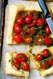 Crostata con i pomodori ciliegia e le erbe Fotografia Stock