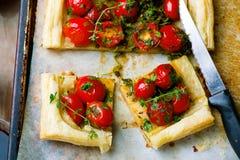 Crostata con i pomodori ciliegia e le erbe Fotografia Stock Libera da Diritti