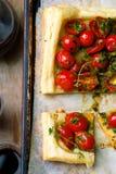 Crostata con i pomodori ciliegia e le erbe Immagini Stock