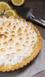 Crostata con il limone e una meringa italiana molle Immagini Stock