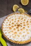 Crostata con il limone e una meringa italiana molle Immagine Stock