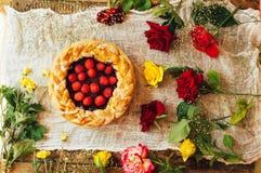 Crostata con le bacche fresche Crostata casalinga decorata con le bacche Alimento: Dolce capovolto del lampone e del mirtillo ros Fotografia Stock