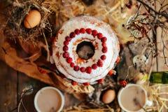 Crostata con le fragole e la panna montata decorate con la prateria della menta Immagini Stock