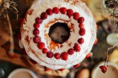 Crostata con le fragole e la panna montata decorate con la prateria della menta Fotografie Stock