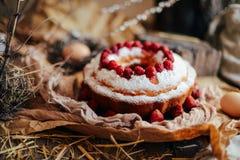 Crostata con le fragole e la panna montata decorate con la prateria della menta Fotografia Stock