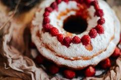 Crostata con le fragole e la panna montata decorate con la prateria della menta Fotografia Stock Libera da Diritti