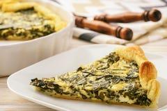 Crostata con spinaci e le uova su fondo bianco Immagine Stock Libera da Diritti