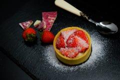 Crostata del dolce della fragola con crema e patatine fritte e cioccolato della noce di cocco Immagini Stock Libere da Diritti