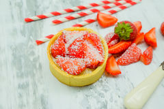 Crostata del dolce della fragola con crema e patatine fritte e cioccolato della noce di cocco Immagini Stock