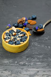Crostata del dolce di Blackberry con crema, la mandorla ed il cioccolato Fotografia Stock
