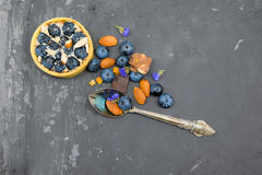Crostata del dolce di Blackberry con crema, la mandorla ed il cioccolato con il cucchiaio d'annata Immagini Stock Libere da Diritti