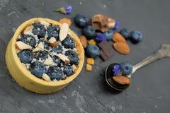 Crostata del dolce di Blackberry con crema, la mandorla ed il cioccolato con il cucchiaio d'annata Fotografia Stock Libera da Diritti