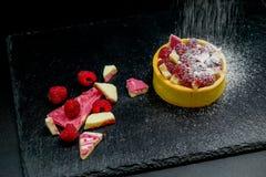 Crostata del dolce del lampone con crema, la mandorla ed il cioccolato Fotografie Stock