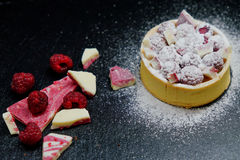 Crostata del dolce del lampone con crema, la mandorla ed il cioccolato Immagine Stock