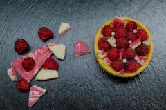 Crostata del dolce del lampone con crema, la mandorla ed il cioccolato Fotografia Stock Libera da Diritti