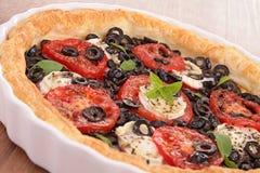 Crostata del pomodoro e dell'oliva immagini stock libere da diritti