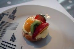 Crostata della crema del kiwi della mela della pesca della fragola Fotografia Stock