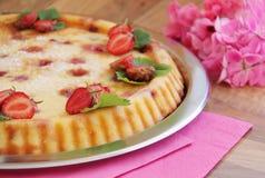 Crostata della fragola della frutta Torta dolce fatta dalla ricotta e dalle fragole fresche Immagine Stock