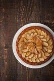 Crostata della pera sulla tavola di legno Immagini Stock