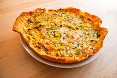 Crostata della quiche del salmone e della verdura fresca Fotografia Stock