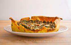 Crostata della quiche di crudo di prosciutto di Parma e della verdura fresca Fotografia Stock