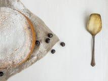 Crostata di ciliege della crema con la polvere dello zucchero Immagine Stock