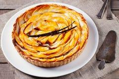 Crostata di mele con il baccello della vaniglia su un dessert tradizionale di festa del piatto bianco Fotografia Stock Libera da Diritti